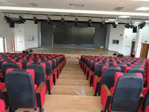 福州永泰城峰中心小学礼堂椅图片