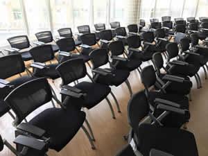 汕头某学校学生课桌椅图片