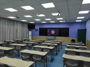 广西某培训机构学生课桌椅图片