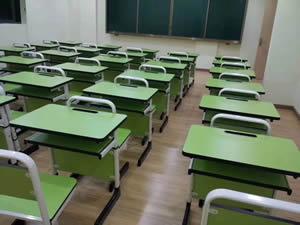 湖北某小学学生课桌椅图片