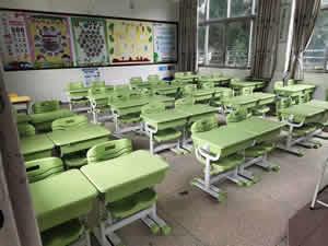 湖南某小学学生课桌椅图片