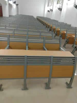 广西梧州第七中学学生课桌椅图片